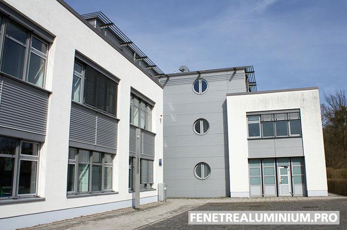 immeuble fenetre aluminium metal gris